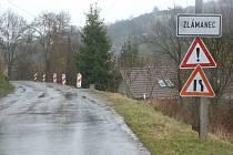 V místě ujíždějícího svahu ve Zlámanci řidiče vítají dopravní značky, informující o nebezpečí a zúžené vozovce.