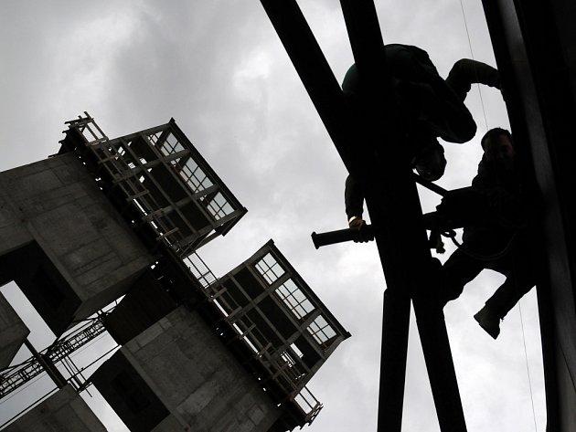 Dělníci tak začali pracovat na nezvyklé kostelní lodi a stavba začíná získávat konkrétnější podobu.