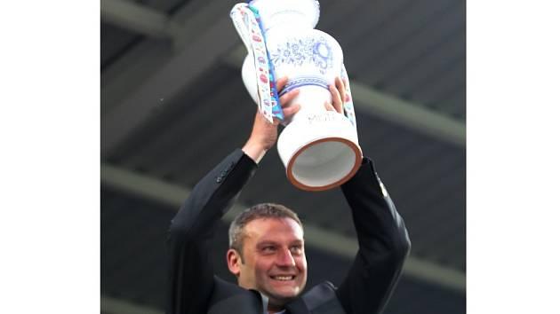 Svatopluk Habanec po skončení sezony pozvedl nad hlavu pohár pro mistra Moravy, který týmu věnovali věrní fanoušci.
