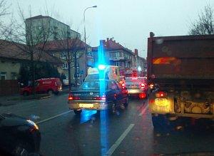 V Uherském Hradišti v úterý 12. prosince před 8. hodinou ráno zdržovala dopravu nehoda dvou osobních automobilů na křižovatce ulici tř. Maršála Malinovského a Svatoplukova.