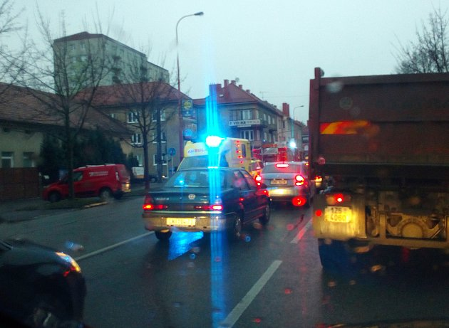 VUherském Hradišti vúterý 12.prosince před 8.hodinou ráno zdržovala dopravu nehoda dvou osobních automobilů na křižovatce ulici tř. Maršála Malinovského a Svatoplukova.