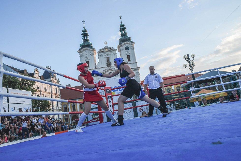 V ringu spolu zápasili v boxu jak muži, tak ženy.