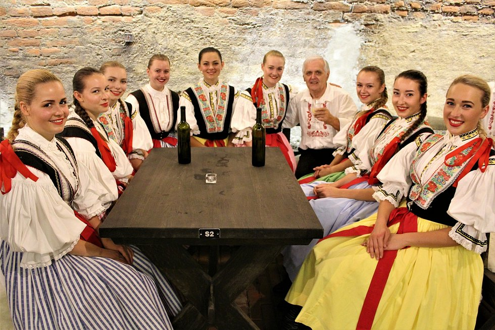 V sobotu se Vinohradská ulice v Uherském Hradišti zaplnila milovníky vína i folkloru. Konaly se tam totiž (ne) Slavnosti vína.  Děvčata ze souboru Cifra.
