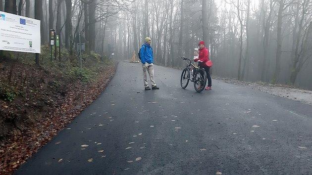 Nový povrch asfaltové cyklotrasy na úpatí Velké Javořiny