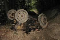 Převrácený traktor v sobotu v podvečer usmrtil muže v obci Vyškovec na Uherskohradišťsku.