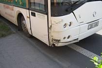 Autobus s fotbalisty se v neděli srazil v Ostrohu s autem