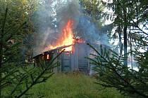 Likvidace požáru a dohašení ohnisek trvalo hasičům více než hodinu.