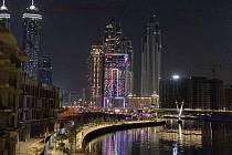 Večerní Dubaj a výhled na mrakodrapy.