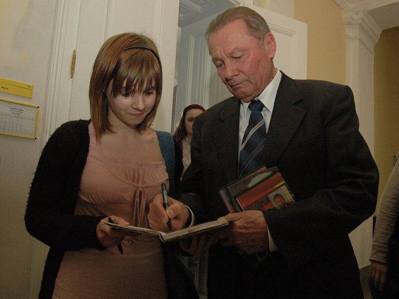 Prezident se podepisuje jedné ze studentek hradišťského gymnázia.
