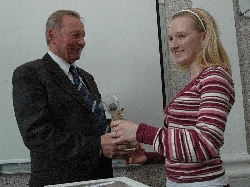 Exprezident si ze Slovácka odvezl spoustu darů od studentů, mezi kterými nemohlo chybět několik lahví slivovice.