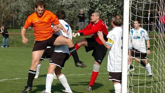 V okresní soutěži na sebe narazily celky Nivnice a Topolné. Obě mužstva si sice vytvořila šance, žádnou z nich ale nedokázala dotáhnout do zdárného konce, takže fanoušci se gólu nedočkali.