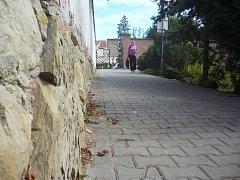 Na zbytcích historických hradeb dnes stojí zídka. Odborníci tvrdí, že by památce prospělo odstranění této novodobé bariéry.