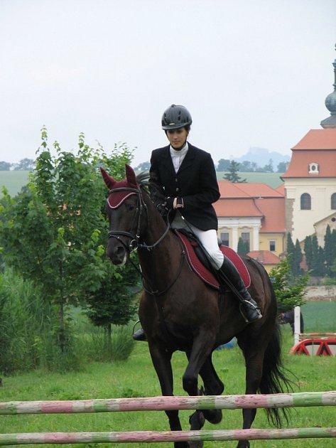 V okolí archeoskanzenu se tak nakonec sešly na tři desítky koní a na dvě stovky diváků.