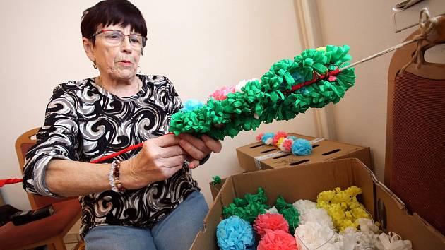 Výroba papírových růží pro jízdu králů v Kunovicích.