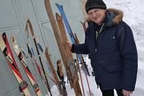 Starosta Lopeníku se pochlubil sbírkou starých lyží.