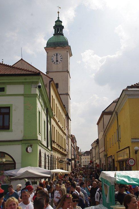 Východní Slovácko v Hradišti na Slováckých slavnostech vína a otevřených památek obsadilo místo Brodu Mariánské náměstí. Pohled do zcela zaplněné Pohled do Prostřední ulice.