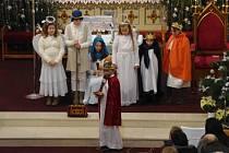 Tradiční otvírání Betléma uspořádali po štědrodenním poledni v kostele svatých Filipa a Jakuba v Dolním Němčí členové tamního chrámového sboru Nekonečno.