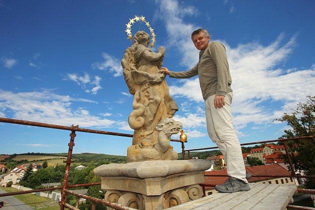 Restaurování sloupu  Panny Marie ( 1. 1/4 20. stol ) ve Velehradě.Na snímku restaurátor Josef Petr