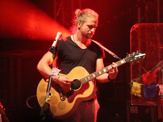 Buchlovické publikum si zpívalo s Tomášem Klusem jeho hity.