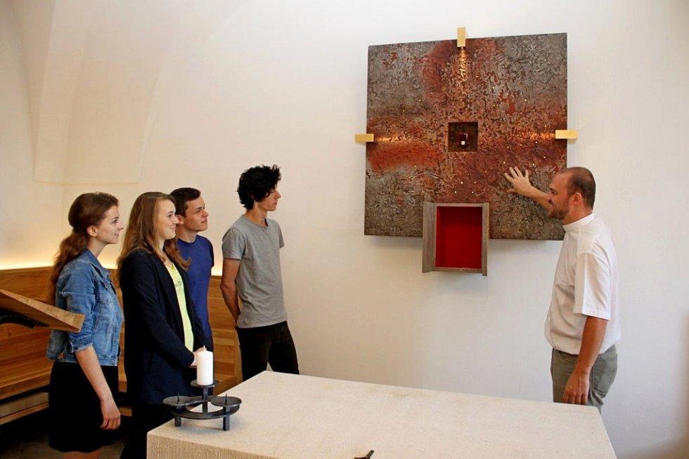 Ve Stojanově gymnáziu mají novou kapli sv. Kříže. Do obětního stolu byly uloženy ostatky (kapička krve) sv. Jana Pavla II.