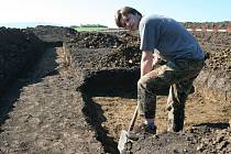 Vedoucí archeologického oddělení Slováckého muzea Miroslav Vaškových při průzkumu lokality v okolí Bánova.