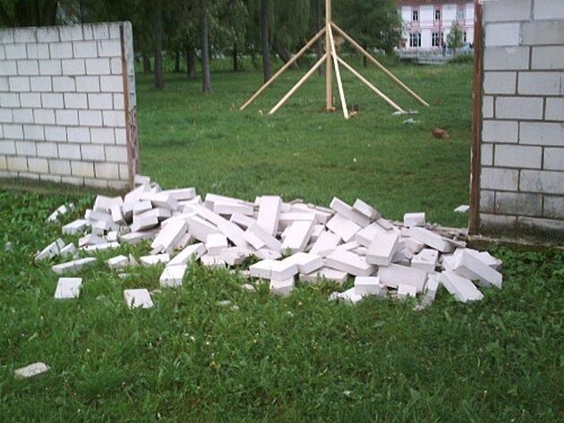Bílé cihly zídky u parku jsou vandalům v Březolupech trnem v oku.