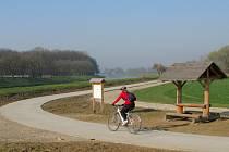 Cyklostezka ze Starého Města vede do Kostelan a Nedakonic.