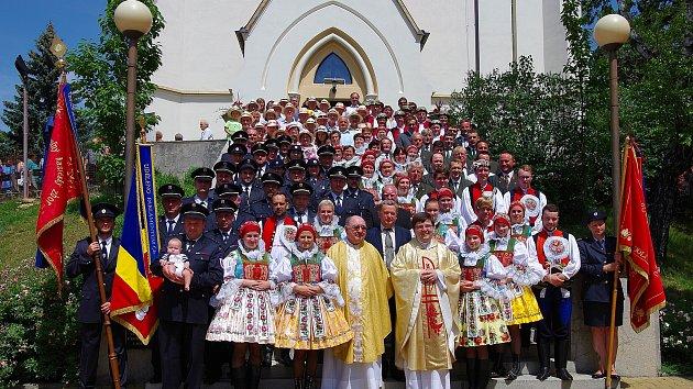 Průvod  složek v čele s dechovou hudbou Dolněmčanka před kostelem. Ilustrační foto.