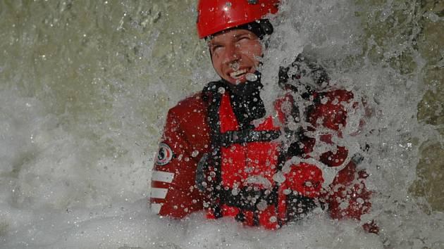 Hasiči zachraňovali kapry z jarové vody.