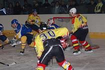 Hokejisté Uherského Ostrohu (ve žlutém). Ilustrační foto.
