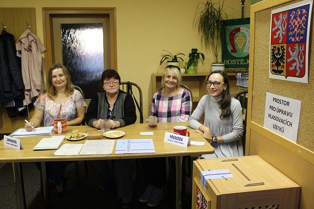 Volební komise v Hostějově. Zleva Kateřina, Květa, Renata a zcela vpravo předsedkyně komise Terezie Vaculíková.