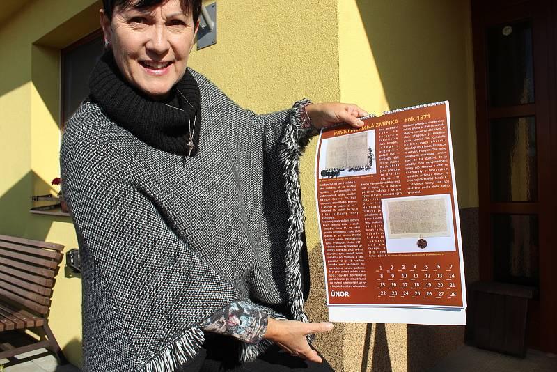 Volby 2021 v Hostějově.Starostka Antonie Vaculíková ukazuje kalendář vydaný k výročí 650 let první zmínky o obci.