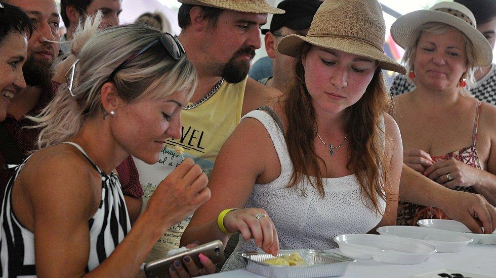 """Návštěvníci nedělního programu (9. srpna 2020) gastrofestivalu v Kunovicích na Uherskohradišťsku ochutnávají """"nejsmradlavější"""" ovoce na světě - durian."""