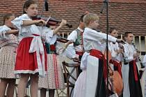 Bratislavský SĽUK sklidil za profesionální vystoupení aplaus, stejně jako Pramének z Uherského Ostrohu.
