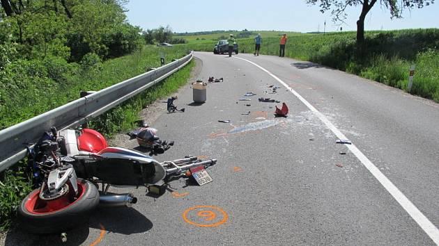 Motorkář nezvládl smyk, skončil na kraji lesa
