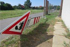 Muž v noci ničil vúseku od ulice Sportovní až po ulici Chylickou.