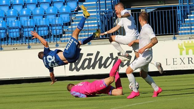 Fotbalisté Slovácka (v bílých dresech) vyhráli v Senici 1:0
