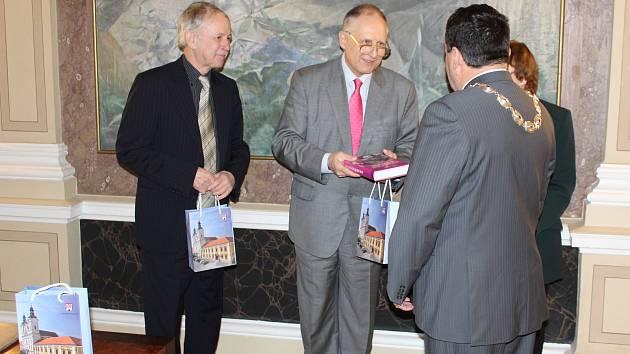 Autory knihy Rok delší než století nejprve slavnostně přijal místostarosta Uherského Hradiště, pak debatovali o Alexandru Dubčekovi se studenty a občany.