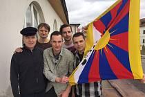 Vlajku pro Tibet vyvěsili také herci ve Slováckém divadle.