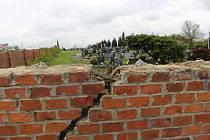 Částečně zdemolovaná zídka hřbitova u silnice v Ostrožské Nové Vsi předznamenává začátek dlouho plánovaných oprav.