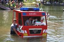 NECKYÁDA. Diváci budou sledovat, zda se plavidla udrží na vodě, jezdci na kolech nebo s trakaři zase na lávce nad nádrží.