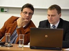 Ředitel Uherskohradišťské nemocnice Petr Sládek (vlevo) a ekonomicko-provozní náměstek Vlastimil Vajdák na středeční tiskové konferenci.