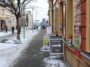 Reklamní poutač v Havlíčkově ulici v Uherském Hradišti. Cedule mají stát 90 centimetrů od domů.