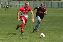 Fotbalisté Slavkova (bíločervené dresy) na úvod nové sezony zdolali Velký Ořechov 1:0.