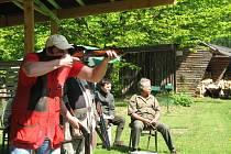 . Rozhodčí Jan Krčma (sedící zprava) pozorně sledoval, zda střelec zasáhl asfaltový terč (holuba).