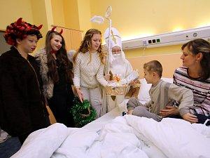 Mikulášská nadílka na dětském oddělení Uherskohradišťské nemocnice.