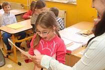 I děti ze dvou tříd Základní školy UNESCO v Uherském Hradišti přebíraly své první vysvědčení
