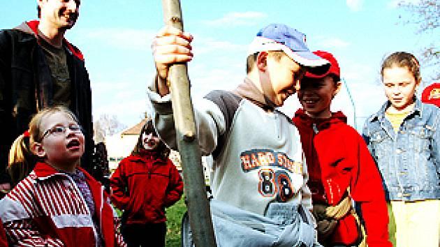 Žáci ze základní školy Za Alejí vysadili strom u školní budovy.
