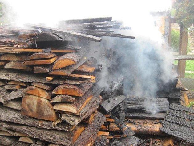 Požár hromady dřeva v Šumicích