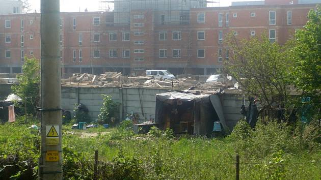 Po bezdomovcích u Moravy brzy zůstanou jen zbytky přístřešků.
